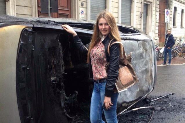 Selfie davanti alle auto distrutte per proteste no Expo